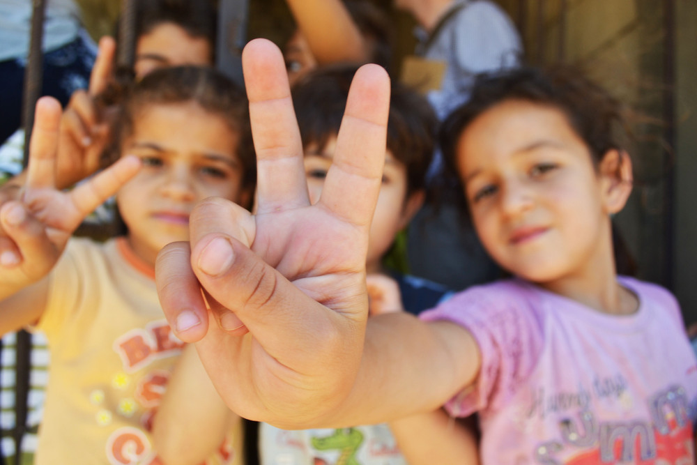 Syrian children peace sign